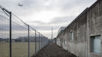 Ein Flugzeug fliegt über das Flughafengefängnis in Kloten.