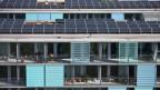 Solarpanels auf dem Dach eine Wohnsiedlung in Zürich.