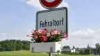 """Ein Ortsschild mit der Aufschrift """"Fehraltdorf""""."""