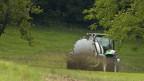 Ein Landwirt verteilt Jauche auf seinem Feld.