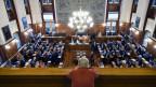 Ein Mann blickt von der Tribüne in den Kantonsratssaal.