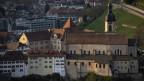 Sicht auf eine Stadt mit Kirche und Kloster