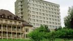 Ein grosses Gebäude aus grauem Beton