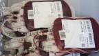 Beutel mit Spenderblut liegen in einer grauen Kiste