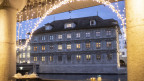 Zürcher Rathaus durch weihnächtlich geschmückte Arkaden betrachtet.