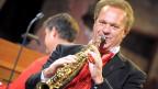 Carlo Brunner spielt auf seiner goldigen Klarinette.