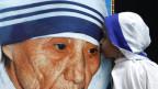 Purtret dad uffant che bitscha in placat da Mamma Teresa.