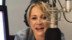 La Melissa Naschenweng en il studio da Radio Rumantsch