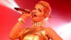 Rita Ora durant in concert