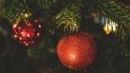 Ina frastga ornada cun duas cullas da Nadal cotschnas