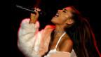 Ariana Grande durant in concert