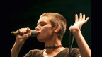 Sinead O'Connor durant in concert