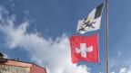 Ina pitga da bandieras cun la bandiera dil Grischun e la Svizra.