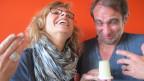 Ladina Spiess hält Moderationskollege Thomy Scherrer Schabziger unter die Nase.