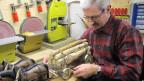 Braucht eine ruhige Hand und viel Geduld: Hobby-Modellbauer Kurt Freund in seiner Werkstatt.