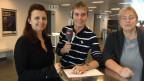 Reto Scherrer mit Yvonne Meier (links) und Karin Schmidlin vom Kino-Klub. Die Klub-Mitglieder gehen einmal pro Woche gemeinsam ins Kino.