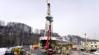 Hier wird nach heissem Wasser im Erdinnern gebohrt: Werkplatz mit Bohrturm im Sittertobel St.Gallen.
