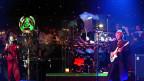 Die Rockveteranen von «Yes» haben sich 2001 bei einem Zürcher Konzert mit einem Orchester verstärkt (im Hintergrund).