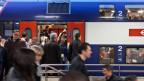 Pendler am frühen Morgen im S-Bahn Bahnhof von Zürich Altstetten, aufgenommen im April 2012.
