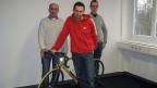 Der Autor Stephan Pörtner brachte sein eigenes Rennrad zu den Hörspielaufnahmen mit (v.l.n.r. Peter Fischli, Peter Hottinger, Stephan Pörtner).