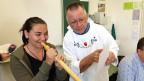 Alphornlehrer Paul Frehner mit Michelle (14).
