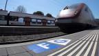 Bahnhof Laufen: Neue Bodenmarkierungen weisen Bahngäste auf die neue Sektoreneinteilung am Perron hin.