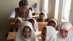 Roger Willemsen mit afghanischen Schülerinnen (Bild: Nadia Nashir)
