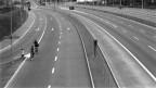 Velofahrer auf der Autobahn an einem Autofreien Sonntag im November/Dezember 1973 in der Schweiz.