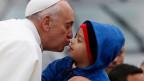 Auf Tuchfühlung mit dem Papst: Ihre Frage landet mit etwas Glück schon bald auf dem Pult vom katholischen Kirchenoberhaupt.
