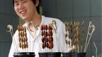 Ein normaler Snack in China: Insekten und Seepferdchen am Spiess.