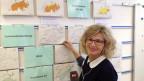 Ladina Spiess lässt sich im Davoser Lawineninstitut die Gefahrenkarten erklären.