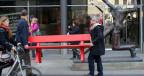 Rote Lesebank ist ein Geschenk von «Auftritt Schweiz» an die Leipziger Bevölkerung.
