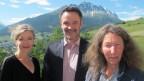 Anita Richner mit Giovanni Netzer und Donata Clopath vor der Bergkulisse in Riom (GR)..