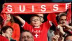 Ein junger Schweizer Fussball-Fan an einem Public Viewing in Neuenburg.