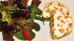 Zwei Terrine-Stücke mit Blattsalat auf einem Teller.