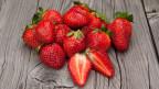 Frische Erdbeeren auf einem Holztisch.