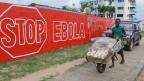 Rot angestrichene Wand mit weisser Aufschrift: «Stop Ebola».