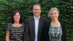 Gastgeberin Anita Richner (rechts) mit den beiden Gästen Helena Trachsel und Damian Meier vor einer grünen Hecke..