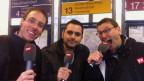 Stéphane Gabioud, Davide Gagliardi und Toni Poltera stehen mit Mikrofon an der Tramhaltestelle beim HB Zürich.