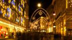 Die bogenartige Weihnachtsbeleuchtung in Basel.