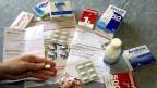 Verschiedene Antibiotika-Tabletten auf einem Tisch.