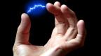 Hand mit gespreizten Fingern. Dazwischen ist elektrische Spannung zu sehen.
