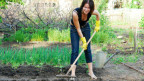 Frau bei der Gartenarbeit.