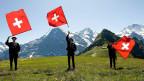 Drei Fahnenschwinger vor Eiger, Mönch und Jungfrau.