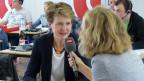 Ladina Spiess spricht mit Bundespräsidentin Simonetta Sommaruga.