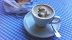 Tasser mit Kaffee und Eiswürfeln drin.