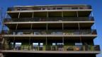 Balkone in einer Überbauung.