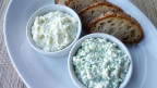 Brot und zwei kleine Schalen mit Hüttenkäse.