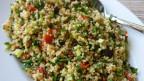 Couscous-Salat mit verschiedenen Zutaten in einer Schüssel.