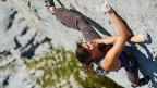 Nina Caprez klettert an einer Felswand.